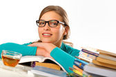 Retrato de aluna estudando na mesa — Foto Stock
