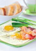 śniadanie z smażone jajka na bekonie — Zdjęcie stockowe
