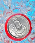 Soda może w lodzie — Zdjęcie stockowe