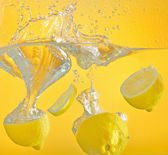 Lemon thrown into the water with splash — Stock Photo