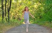 小女孩跳过绳 — 图库照片