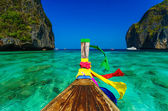 Traditional longtail boat in Maya bay on Koh Phi Phi Leh Island, — Stock Photo