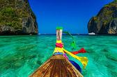 Traditional longtail boat in Maya bay on Koh Phi Phi Leh Island, — Stock Photo