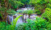 Cascada del bosque profundo en kanchanaburi, tailandia — Foto de Stock
