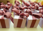 Boîtes rouges et striés avec des cadeaux à égalité arcs blanc — Photo