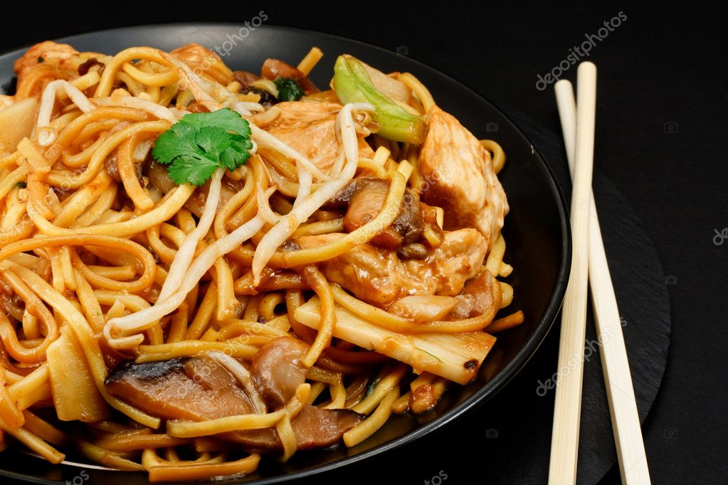 Chicken chow mein a popular oriental dish available at chinese take outs — Stock Photo #13203117