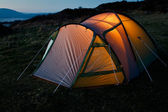 Tent illuminated at night — Stockfoto