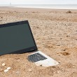 Laptop personal computer on the beach - 图库照片