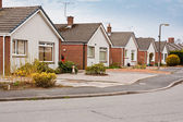 Förorts bungalows på bostadsområde — Stockfoto