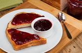 在烤面包上的混合的水果果酱 — 图库照片