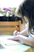 Una giovane ragazza apprende — Foto Stock