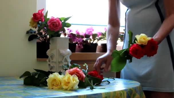 Femmes, mettre des fleurs dans un vase — Vidéo