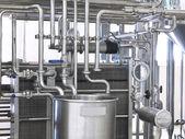 Tanque e tubulações em uma fábrica — Foto Stock