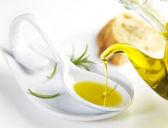 Vierte en una cuchara de aceite de oliva virgen — Foto de Stock