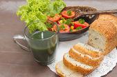 Sağlıklı kahvaltı, salata vejetaryen ve kepekli ekmek ile v — Stok fotoğraf