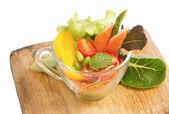 Färska grönsaker sallad i transparent skål isolera — Stockfoto