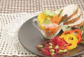 Färska grönsaker sallad i transparent skål och fullkornsvete — Stockfoto