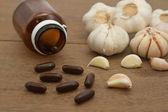 Garlic herbal supplement pills , alternative medicine — Stock Photo