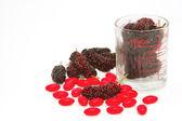 ビタミンの丸薬と新鮮な桑 — ストック写真