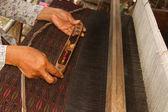 žena pracující v thajské tradiční tkalcovský stav s dřevěnými paličkování — Stock fotografie