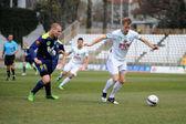 Kaposvar, hongrie - 16 mars : plier tarmo (blanc 9) dans l'action à un match de football du championnat hongrois - kaposvar (blanc) vs puskas akademia (bleu) sur 16 mars 2014 à kaposvar, hongrie. — Photo
