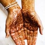 Henna hands at indian wedding — Stock Photo