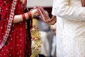 Hinduistické nevěsta chodí za manžela drží kroj — Stock fotografie