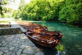 Barcos de madeira em plitvice lakes, croácia — Foto Stock