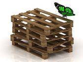 绿色蝴蝶正坐在一个木托盘的堆栈上 — 图库照片