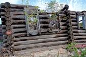 Oude vernietigd houten huis — Stockfoto