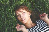 Curiosa ragazza in posa sull'erba — Foto Stock