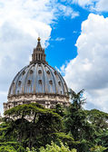 Rome,Cupola of Saint Peter Cathedral between clouds — Stock Photo