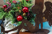 Christmas arrangement with angel sculpture — Stock Photo
