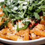 Rigatoni with arugula and shrimp — Stock Photo