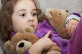 маленькая девочка с плюшевыми мишками — Стоковое фото