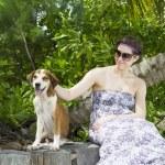 一名妇女与她美丽的狗躺在户外的肖像 — 图库照片