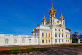 The ancient architecture of the city park of Peterhof. Golden Autumn. — Stock fotografie