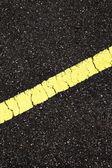 Con la línea amarilla cuesta de asfalto — Foto de Stock