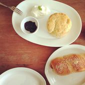 Scone with BlueBerry Jam and Sausage Bread in White Plate — Stock Photo