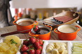 Met aardbeien en chocolade fondue — Stockfoto