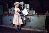 Chica de moda trabajando en la máquina industrial de la fábrica — Foto de Stock