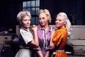 Três meninas moda pela máquina industrial na fábrica — Foto Stock