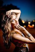 Retrato de una joven belleza al aire libre — Foto de Stock