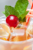 Cocktail con arancia e ciliegia — Foto Stock