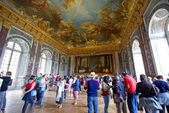 Tourists visiting Mirror's Hall — Stock Photo