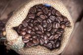 šálek kávy a fazole na bílém pozadí. — Stock fotografie
