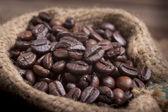 Kaffekopp och bönor på vit bakgrund. — Stockfoto