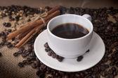Tazza di caffè e chicchi di caffè — Foto Stock