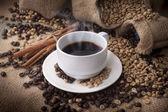 コーヒー豆とコーヒー カップ — ストック写真
