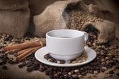 Kaffekopp och kaffebönor — Stockfoto